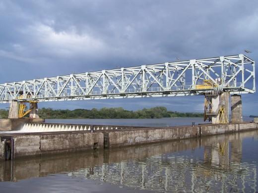 Construída em Santo Amaro, no Rio Jacuí, visa possibilitar a navegação, inaugurada em 12 de março 1974.